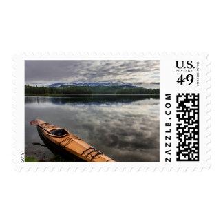 Kajak de madera en la orilla del lago beaver estampilla