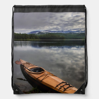 Kajak de madera en la orilla del lago beaver mochilas