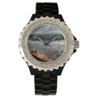 Kajak de madera en la orilla del lago beaver reloj
