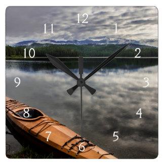 Kajak de madera en la orilla del lago beaver reloj cuadrado