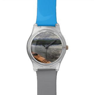 Kajak de madera en la orilla del lago beaver reloj de mano