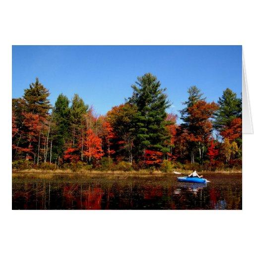Kajak en una charca en tarjeta de nota del otoño