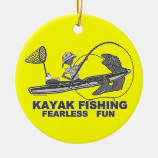 Kajak que pesca banal negro y blanco adorno navideño redondo de cerámica