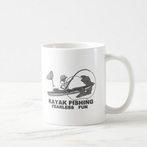 Kajak que pesca banal negro y blanco tazas de café