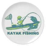 Kajak que pesca la silueta del verde azul plato para fiesta