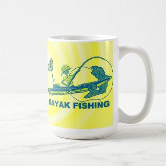 Kajak que pesca la silueta del verde azul taza clásica