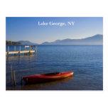 Kajak rojo en el lago George, NY Postal