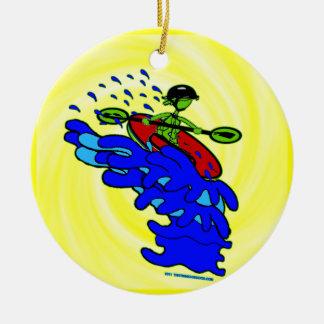 Kajak sobre el camisetas y las cosas de la cascada adorno navideño redondo de cerámica