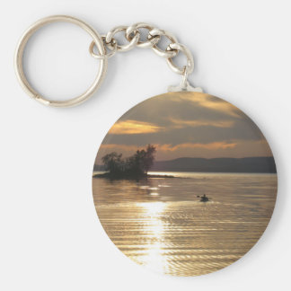 Kajak solitario en el lago llavero redondo tipo pin