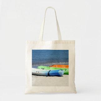 Kajaks en la playa bolsas de mano