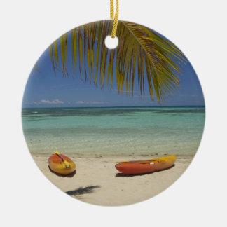 Kajaks en la playa, centro turístico isleño 2 de adorno navideño redondo de cerámica