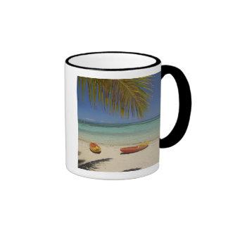 Kajaks en la playa, centro turístico isleño 2 de l tazas de café