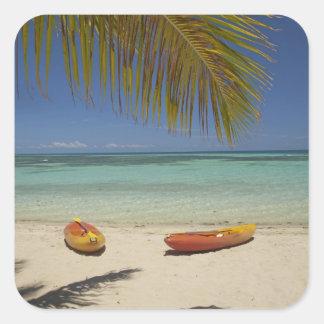 Kajaks en la playa, centro turístico isleño 2 de pegatina cuadrada