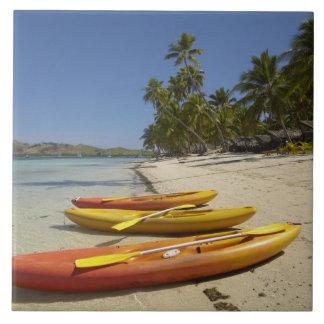 Kajaks en la playa, centro turístico isleño de la  azulejo cuadrado grande