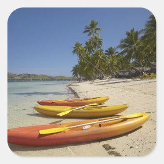 Kajaks en la playa, centro turístico isleño de la pegatina cuadrada