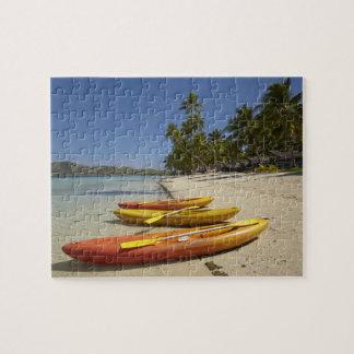 Kajaks en la playa, centro turístico isleño de la  rompecabeza con fotos