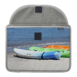 Kajaks en la playa fundas para macbooks