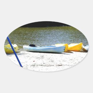 Kajaks en la playa pegatina óval personalizadas
