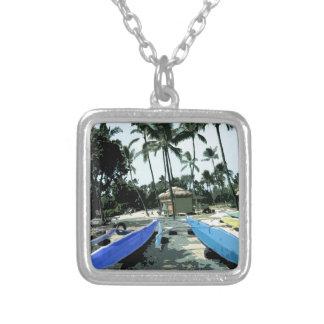 Kajaks en una playa hawaiana colgante cuadrado