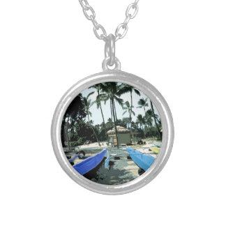 Kajaks en una playa hawaiana colgante redondo