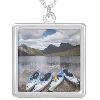 Kajaks, montaña y lago dove, cuna de la cuna colgante cuadrado