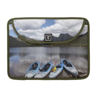 Kajaks, montaña y lago dove, cuna de la cuna funda macbook pro