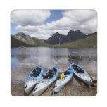 Kajaks, montaña y lago dove, cuna de la cuna posavasos de puzzle