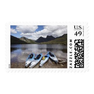 Kajaks, montaña y lago dove, cuna de la cuna sellos