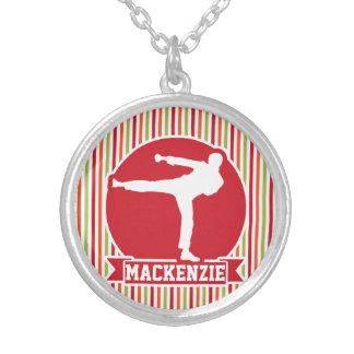 Karate, artes marciales; Rayas rojas, verdes, Pendientes