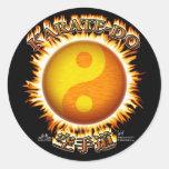 Karate-hacen los pegatinas de Yin/de Yang Sun Pegatina Redonda