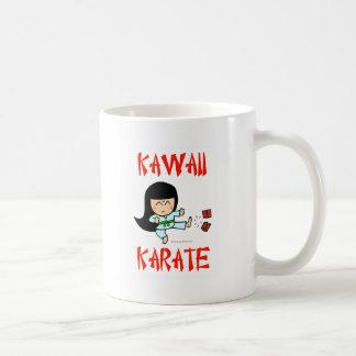 karate lindo del chibi de los artes marciales del  taza básica blanca