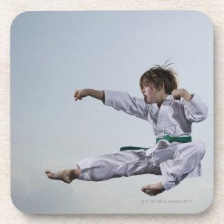 Karate practicante de la niña posavasos