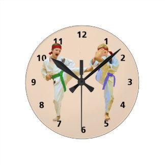 Karate que golpea con el pie, personalizable relojes