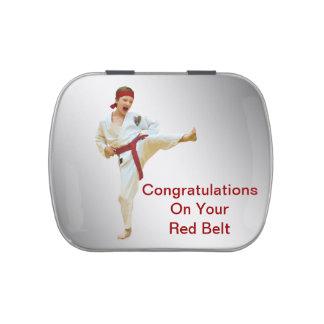 Karate que golpea el texto rojo del personalizable latas de caramelos