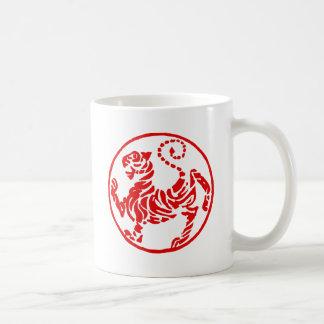 Karate rojo del japonés del tigre del sol naciente taza básica blanca