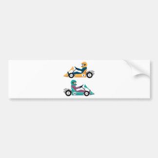 Karting va vehículo de la raza del carro con un pegatina para auto