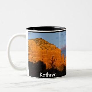 Kathryn en la taza roja de la roca de la salida de
