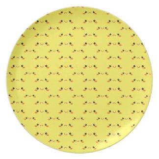 Kawaii lindo estupendo hace frente en amarillo platos