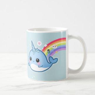 Kawaii lindo narwhal con las estrellas del arco ir taza de café