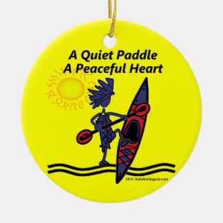 Kayak las ondas reservadas de una paleta adorno redondo de cerámica