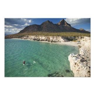Kayaker del mar en el golfo de California en Isla Cojinete