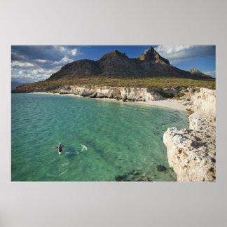 Kayaker del mar en el golfo de California en Isla Póster