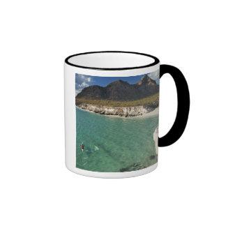 Kayaker del mar en el golfo de California en Isla Taza De Café