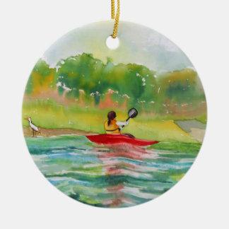 Kayaker en el ornamento del agua adorno redondo de cerámica