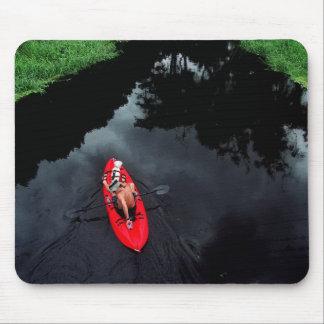 Kayaker en el río de Loxahatchee Alfombrilla De Raton