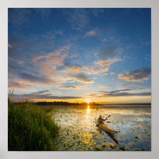 Kayaker masculino que bate el kajak del mar en el póster