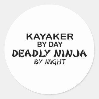 Kayaker Ninja mortal por noche Pegatina Redonda
