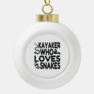 Kayaker que ama serpientes adorno de cerámica en forma de bola