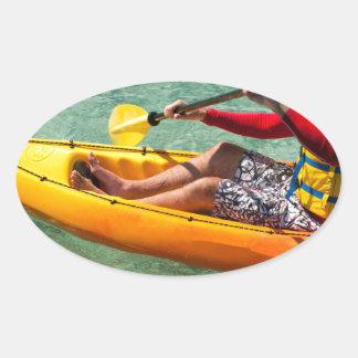 Kayaker que se bate en agua clara colcomanias ovaladas