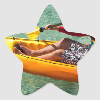 Kayaker que se bate en agua clara pegatina en forma de estrella